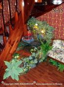 Компактный напольный фонтан декорирован искусственными растениями и подсвечен галогеновыми лампами для усиления эффекта текущей воды.