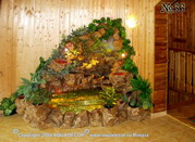 Декоративный водопад хорошо сочетается с любой отделкой стен, в данном случае – с деревом.