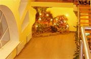 Ярко подсвеченный декоративный водопад создает дополнительно освещение в помещении.