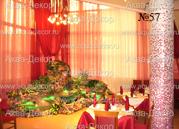 Ощущение праздника вносит в интерьер элитного ресторана водопад компании Аква-Декор. Декоративная отделка в виде тропических растений и светодиодной подсветки изумрудных тонов оригинально перекликаются с общим оформлением ресторана.