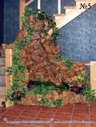 Водопад, вписанный в подлестничный проем, смягчает аскетичную конструкцию лестницы загородного коттеджа.