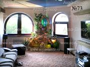 Мягкий ковер, удобные диванчики, плазменная панель телевизора и главная деталь интерьера домашний водопад, декорированный искусственными растениями.