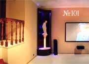 Главный акцент этого интерьера – скульптура на фоне струящейся воды в декоративном водопаде – водной панели.
