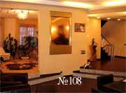 Водная панель, встроенная в стену и играющая роль зеркала, зрительно делает холл более просторным.