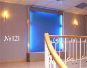 Простая по форме водная панель украшает элегантный интерьер лестничной площадки.