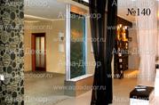 Прозрачная водная панель в стиле «Хай-тек» выполняет функцию перегородки, зрительно разделяющей просторный холл и комнату. Струящаяся по стеклу вода создает чувство умиротворенности.