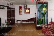 Изумительной красоты рисунок в виде аиста и стеблей бамбука на стекле водной панели украшают интерьер комнаты, декорированной в стиле по китайским мотивам. Отделка водной панели под красное дерево оттеняет цвет мебели и настенных часов.