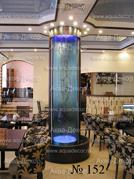 Модель водной завесы, что и на предыдущей фотографии. Внутри данной модели водопада установлена декоративная коряга.
