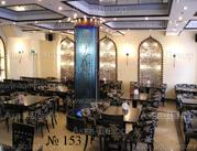 В интерьере этого кафе переплетается восточный и современный стили. Каркас водопада выполнен из полистирола, исполненного в цвете, прекрасно гармонирующего с общей палитрой интерьера.