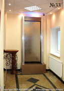 Зеркальная водная панель своей строгой формой гармонирует с интерьером холла.