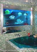 Оригинальная композиция с морскими раковинами и кораллами, наблюдаемыми через завесу из бегущей по прозрачной панели из акрилового стекла воды, оживляет интерьер ванной комнаты.