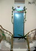 Симметрия во всем – от расходящихся маршей лестницы до растительного оформления декоративной водной панели, - отличительная особенность этого интерьера.