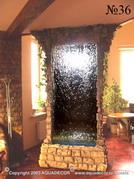 Декоративная водная панель отделяет зону столовой от гостиной.