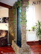 Использование декоративной водной панели в качестве перегородки, зрительно разделяющей разные зоны в большом помещении.