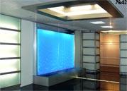 Водная панель с подсветкой создает в интерьере эффект окна, за которым идет дождь.