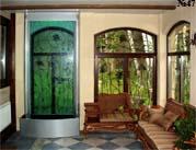 Одно из окон в сад превращено с помощью водной панели в постоянно изменяющийся «живой витраж».