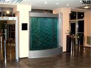 Прозрачная водная панель выполняет функцию перегородки в интерьере холла офисного центра.