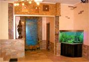 Водная панель от компании АКВА-ДЕКОР в интерьере поддерживает тематику Юго-Восточной Азии при помощи бамбуковой отделки. В аквариуме плавают тропические рыбки.