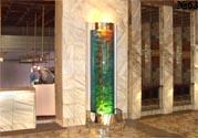 Декоративная водяная панель в интерьере холла конференц-зала. Подсветка панели выполняет функцию местного освещения.