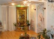 Настенные интерьерные росписи по мотивам традиционной китайской живописи и декоративный водопад в том же стиле, отделанный бамбуком, составляют гармоничный ансамбль.