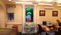 Интерьер московского турагенства. Водная панель в греческом стиле с двумя колоннами вызывает приятные мысли о летних путешествиях.