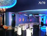 За тонированными стеклами водных панелей в зале ночного клуба скрывается VIP-кабинет.