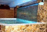 Широкий поток воды льется в купальный бассейн по специально выгнутому листу прозрачного оргстекла. Все техническое оснащение водопада расположено в смежном помещении.