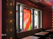 Часть окна в интерьере кафе занимает водная панель с подсвеченным полупрозрачным фоном.