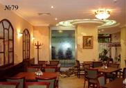Уютный зал ресторана с декоративной водяной панелью на стене.