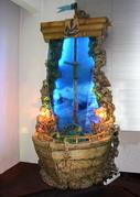 Этот декоративный водопад напоминает легенду о Летучем голландце. Корпус корабля выполнен из пластика по оригинальной технологии.