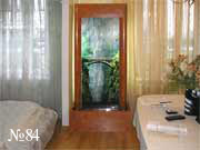 Подсветка фотографии и стекающая по прозрачной панели, расположенной перед ней, вода оживляют этот водопад, запечатленный на фото.