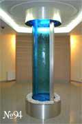 Сверкающая колонна состоит из двух полукруглых прозрачных водных панелей.