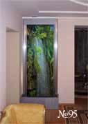 По картине, изображающей тропический водопад, струится реальная вода.