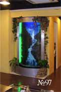 Водная панель представляет собой изогнутый дугой лист оргстекла с бегущей по нему водой. из нижней емкости вода с помощью насоса закачивается наверх и цикл повторяется снова.
