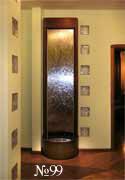 Бегущая по зеркальной панели вода и застывшие в стекле стенных вставок блики придают изюминку этому интерьеру.